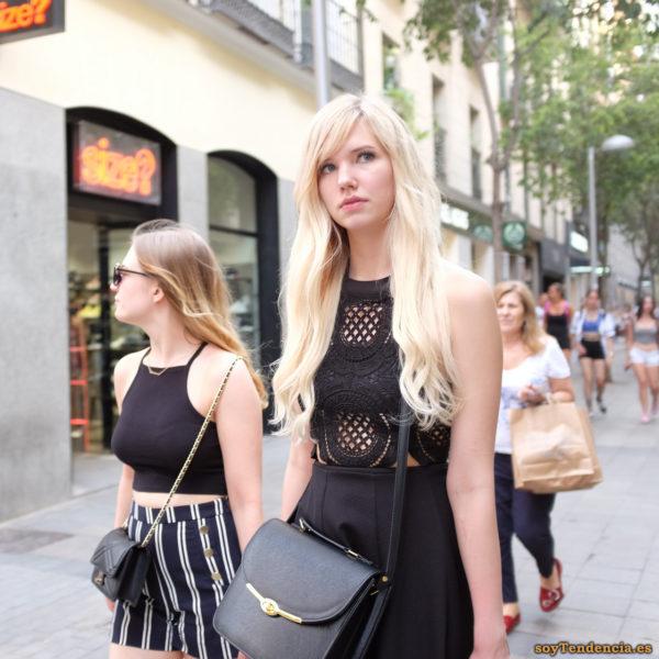 top de encaje calado falda negra de tablas short a rayas blancas bolsos cruzados delante soyTendencia Madrid street style