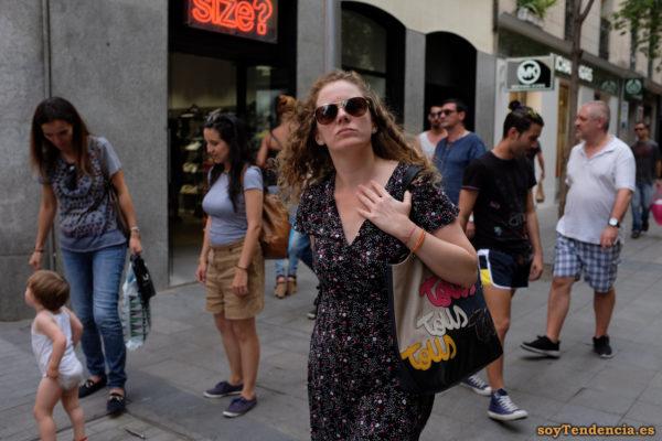 vestido negro con flores blancas y rojas bolso Tous negro y crema soyTendencia Madrid street style