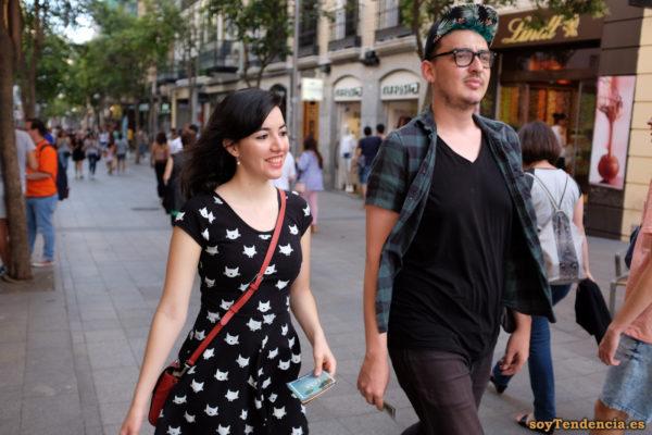vestido negro gatitos bolso cruzado rojo camisa cuadros gorra flores soyTendencia Madrid street style