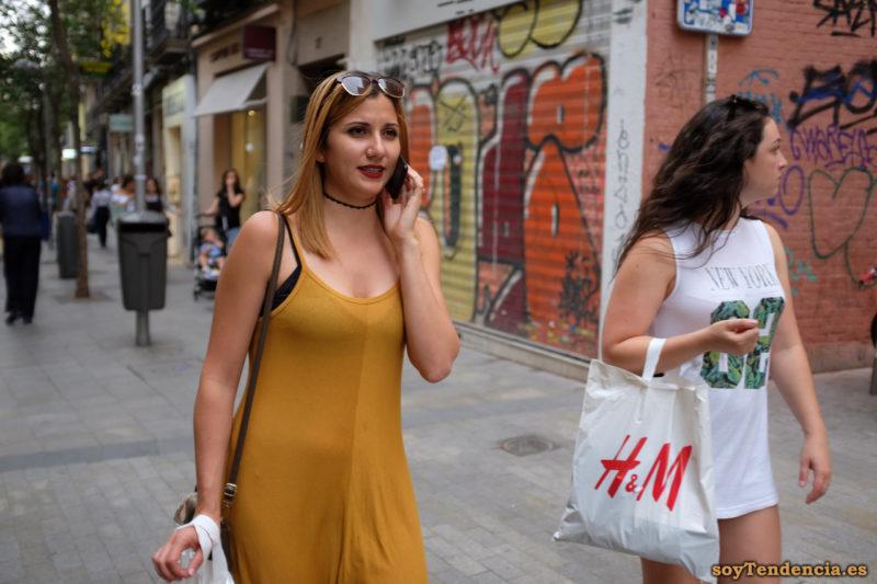 vestido de punto color mostaza tirantes camiseta New York larga compras bolsa H&M soyTendencia Madrid street style