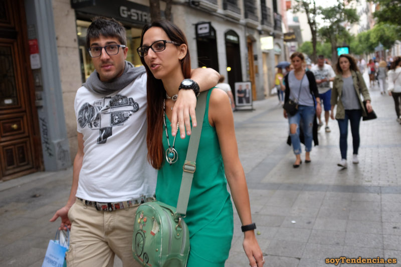 camiseta con tomavistas setentero camiseta pantalón y bolso verde colgante cinturón comic soyTendencia Madrid street style
