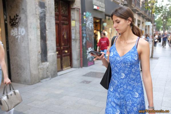 vestido azul con flores blancas escote de pico teléfono móvil soyTendencia Madrid street style