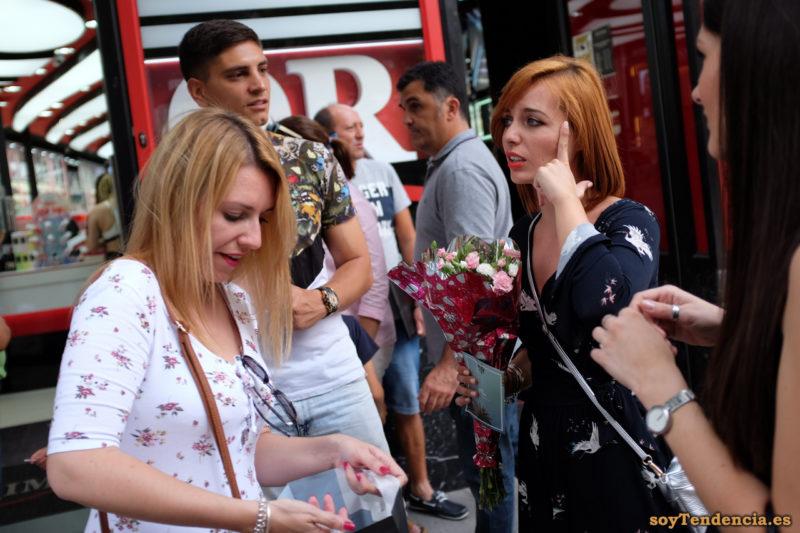 vestido con grullas ramo de flores claveles bolso cruzado soyTendencia Madrid street style