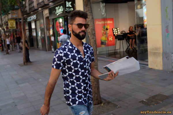 camisa azul de manga corta con estrellas barba teléfono móvil soyTendencia Madrid street style