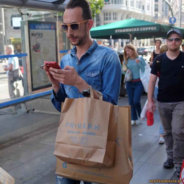 camisa vaquera flores gafas madera Primark móvil soyTendencia Madrid street style