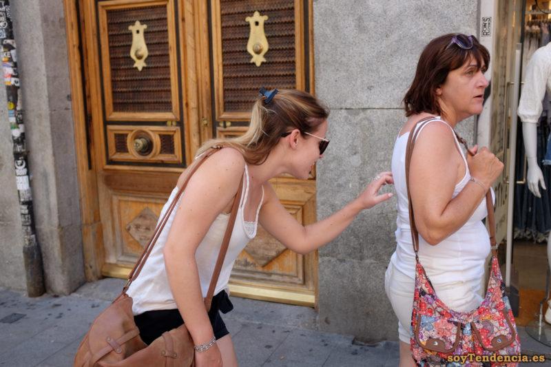 camiseta blanca de tirantes bolso con flores soyTendencia Madrid street style