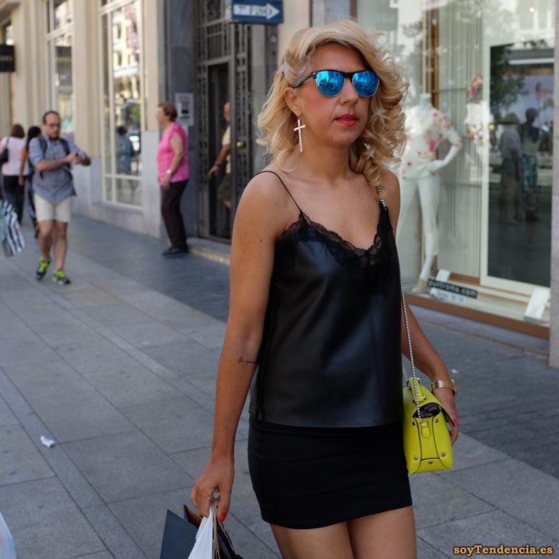 camiseta lencera negra de tirantes minifalda bolso amarillo pendientes con crucifijo soyTendencia Madrid street style