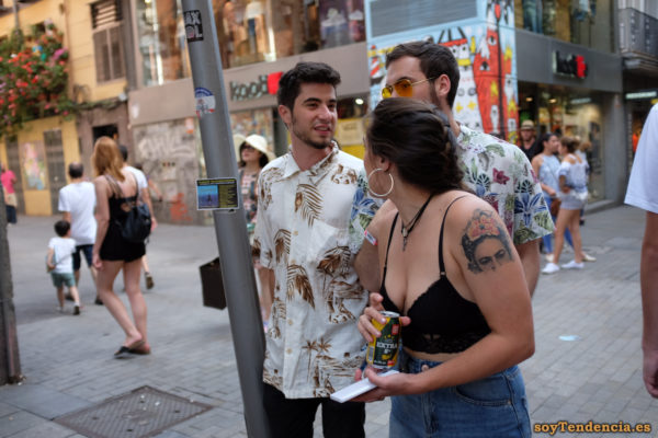 top negro de encaje tattoo de Frida Calo a medio hacer camisa hojas tropicales y flores soyTendencia Madrid street style