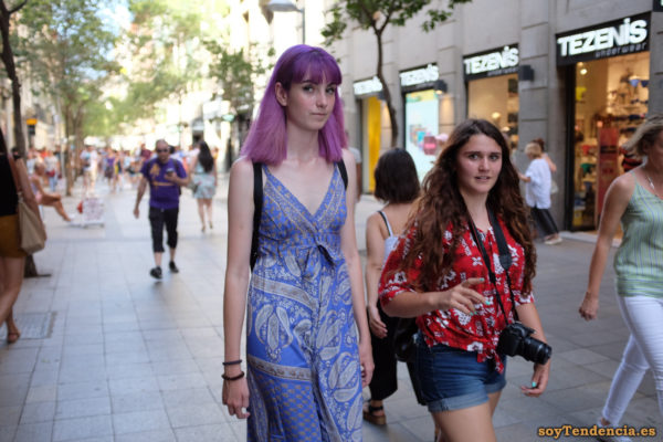 vestido azul de escote cruzado blusa roja nudo cintura pelo malva soyTendencia Madrid street style
