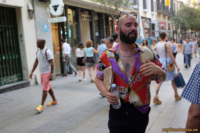 camisa abierta roja morada tattoo corazón soyTendencia Madrid street style