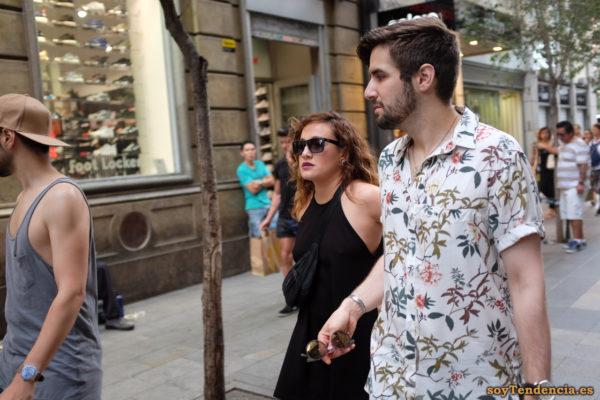 camisa de flores sobre fondo blanco soyTendencia Madrid street style