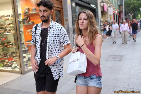 camisa con manchas negras camiseta de tirantes short vaquero soyTendencia Madrid street style