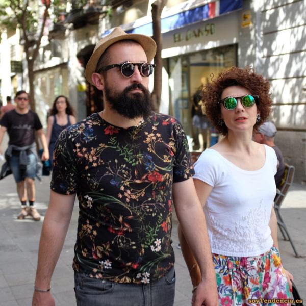 camiseta de flores con fondo negro falda de flores fondo blanco gafas de sol redondas superpuestas verdes soyTendencia Madrid street style