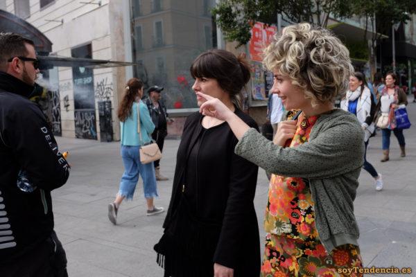 vestido de flores pelo rizado chaqueta de punto soyTendencia Madrid street style