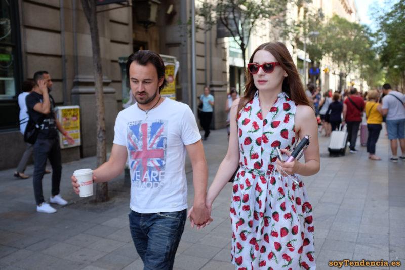 vestido de fresas gafas rojas soyTendencia Madrid street style