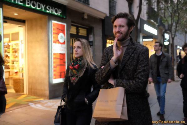abrigo jaspeado jersey cuello alto pañuelo flores bolsa Museo del Prado soyTendencia Madrid street style