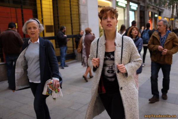 abrigo largo blanco jaspeado cuello subido camiseta Marilyn Monroe soyTendencia Madrid street style