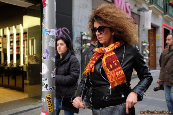 bufanda equipo fútbol Roma cazadora de cuero soyTendencia Madrid street style