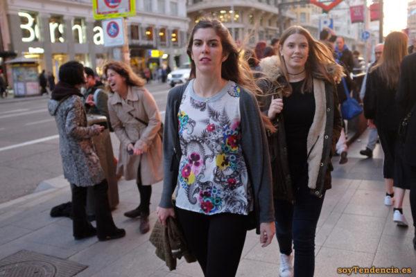 camiseta de paramecios fondo blanco chaqueta soyTendencia Madrid street style