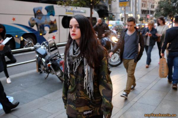 chaquetón de camuflaje pañuelo cuello pieza de puzle soyTendencia Madrid street style