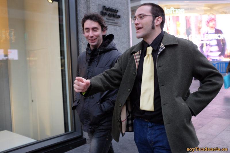 corbata amarilla recta camisa negra patillas largas chaquetón soyTendencia Madrid street style