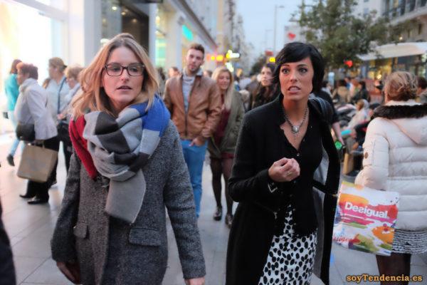 falda blanca con lunares negros dálmata abrigo cremallera cintura bufanda Desigual soyTendencia Madrid street style