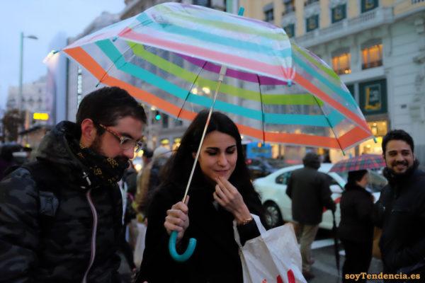 paraguas transparente con franjas de colores anorak soyTendencia Madrid street style