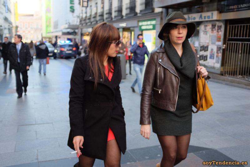 vestido de punto negro con cuello vuelto grande bolso sombrero soyTendencia Madrid street style