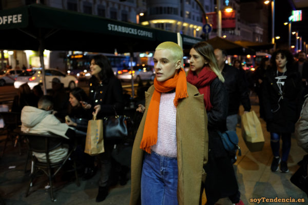 abrigo color mostaza sin botones bufanda naranja pelo amarillo jersey angora soyTendencia Madrid street style