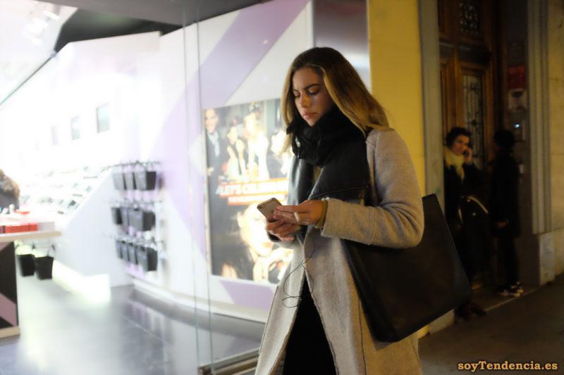 abrigo de paño gris sin botones con forro de cuero bufanda bolso grande soyTendencia Madrid street style