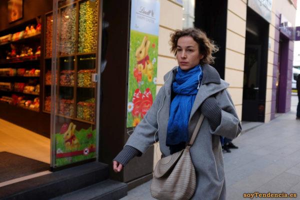 abrigo gris con solapas y puños de punto bufanda azul bolso soyTendencia Madrid street style