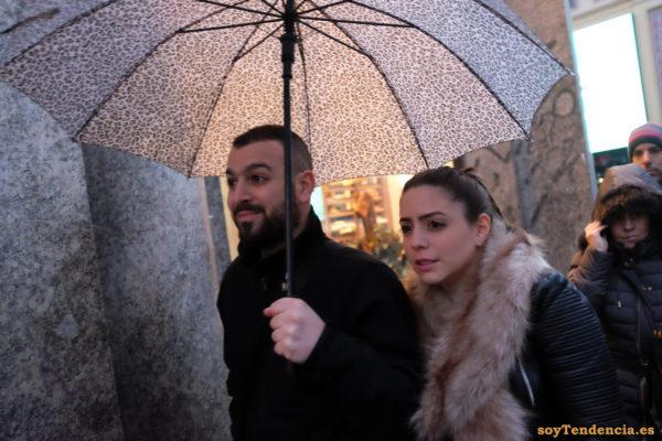 cazadora de cuero y bufanda de pelo largo paraguas leopardo soyTendencia Madrid street style