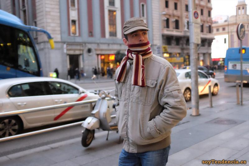 cazadora larga color caqui gorra militar bufanda rayas soyTendencia Madrid street style