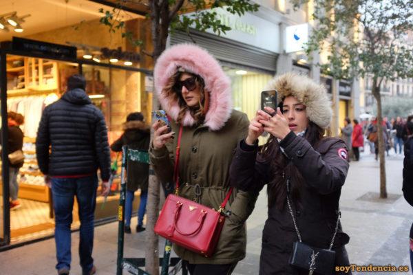 chaquetón con capucha rosa bolso rojo móvil soyTendencia Madrid street style