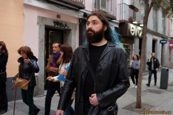 chaquetón de cuero negro barba pelo azul soyTendencia Madrid street style