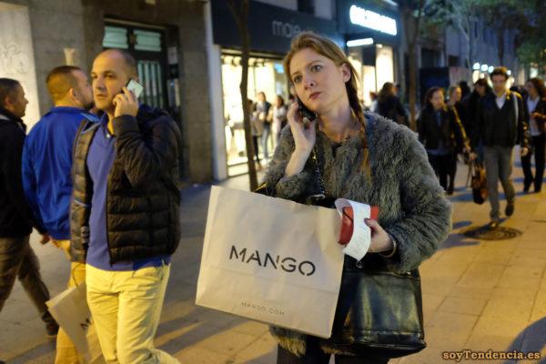 chaquetón de mouton trenzas pantalón amarillo bolsas Mango móvil celular soyTendencia Madrid street style