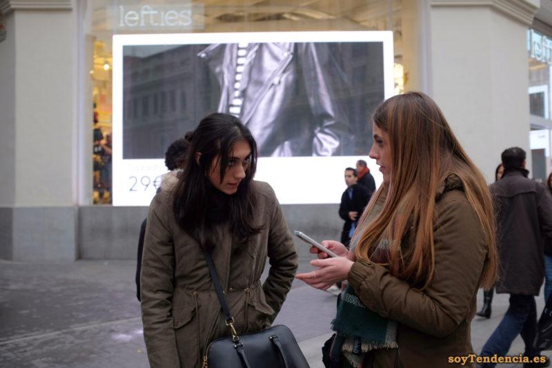 chaquetones marrones con cintas en la cintura bufanda soyTendencia Madrid street style