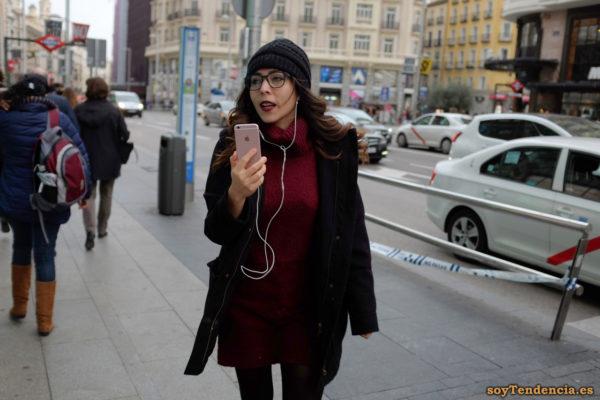vestido de punto con cuello vuelto granate chaquetón largo gorro lana iphone soyTendencia Madrid street style