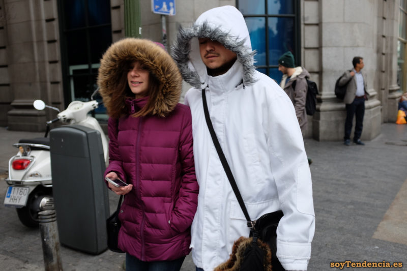 anorak blanco con capucha de pelo anorak fucsia soyTendencia Madrid street style
