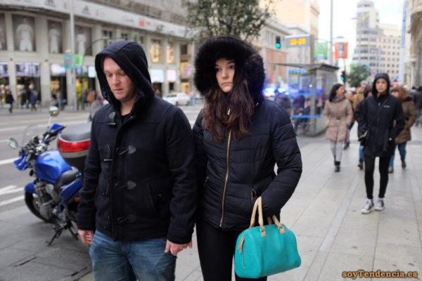 anorak con capucha de pelo bolso azul turquesa trenca corta hombre soyTendencia Madrid street style
