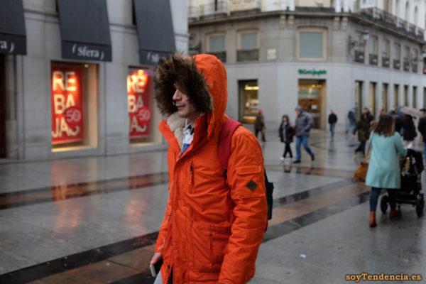 anorak naranja con capucha de pelo largo hombre soyTendencia Madrid street style