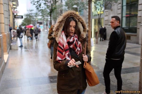 chaquetón con capucha de pelo y trabillas bufanda manta grande soyTendencia Madrid street style
