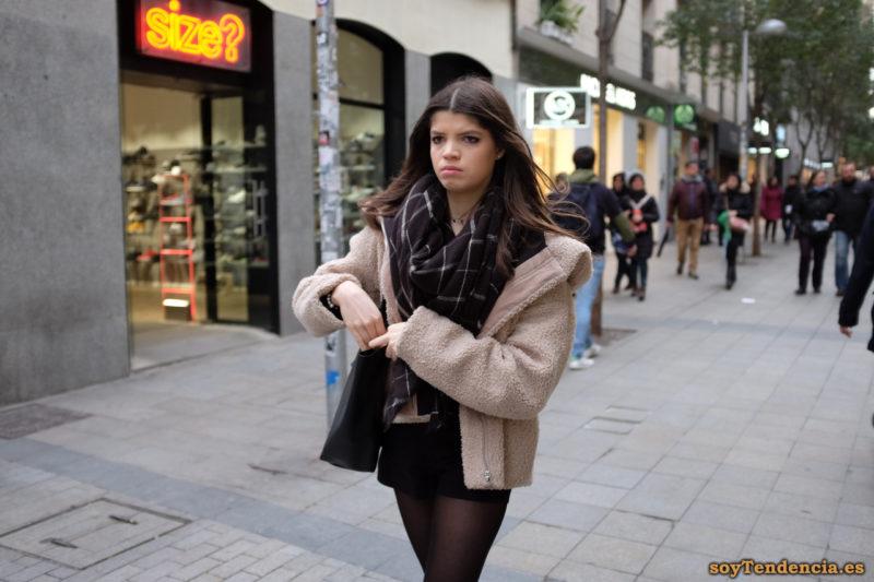 Chaquetón corto de lana capucha ancha minifalda negra bufanda soyTendencia Madrid street style