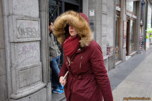 chaquetón granate con capucha de mucho pelo bufanda soyTendencia Madrid street style