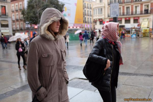 chaquetón largo con capucha partida por una cremallera bolsillos pecho soyTendencia Madrid street style