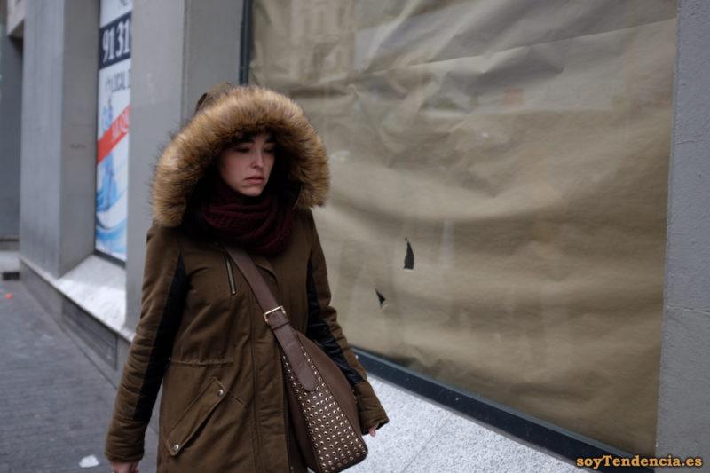 chaquetón marrón con capucha de pelo bolso grande tachuelas soyTendencia Madrid street style