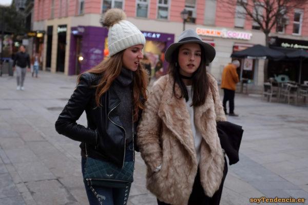 chaquetón de piel clara sin botones cazadora de cuero sombrero gorro soyTendencia Madrid street style