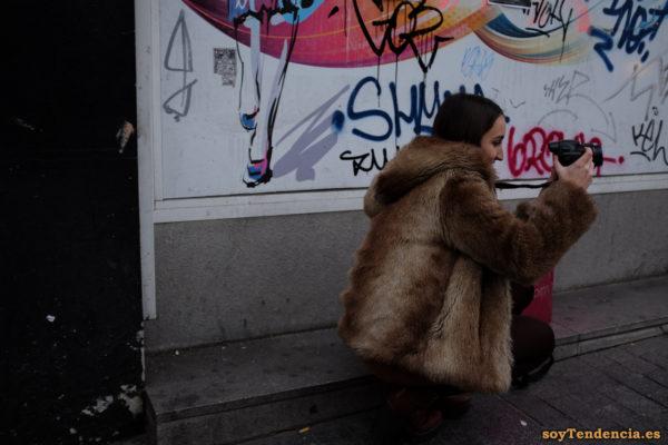 fotógrafa con chaquetón de mouton con capucha soyTendencia Madrid street style