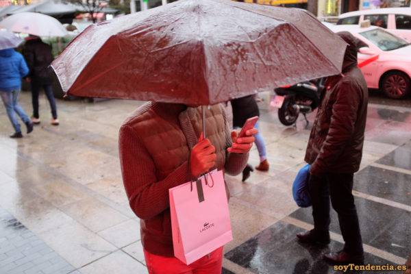 paraguas rojo pantalón rojo bolsa Lacoste teléfono móvil soyTendencia Madrid street style