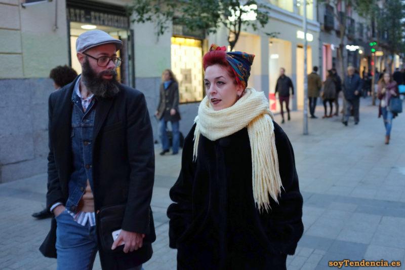 abrigo mouton negro bufanda amarillo claro pañuelo pelo rojo soyTendencia Madrid street style